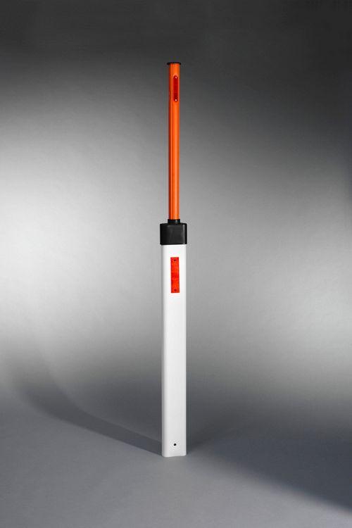 Cestni smernik z integriranim snežnim kolom